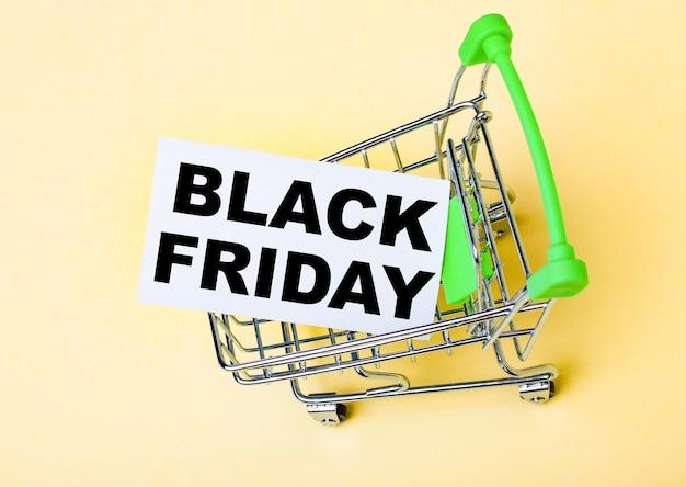 O cartão com as palavras black friday está no carrinho de compras. conceito de marketing