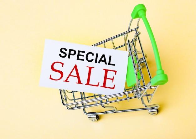 O cartão com as palavras venda especial está no carrinho de compras. conceito de marketing
