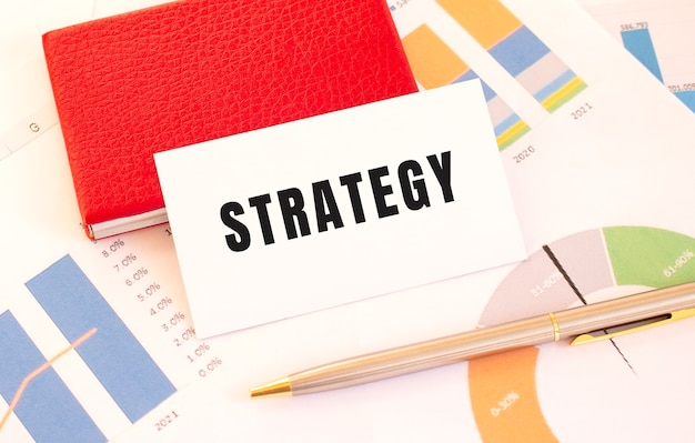 O cartão de visita branco com o texto estratégia encontra-se ao lado do titular do cartão de visita vermelho. conceito financeiro.