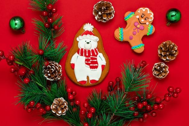 O cartão ortodoxo de natal vermelho é decorado com biscoitos de gengibre na forma de um urso polar estilizado.