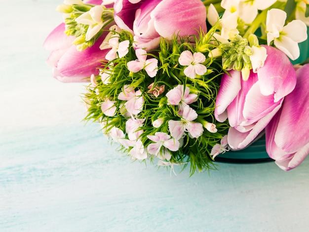 O cartão roxo vazio floresce a cor pastel da mola das rosas das tulipas.