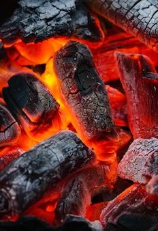 O carvão está queimando