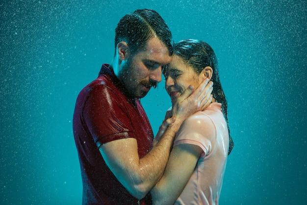 O casal apaixonado na chuva