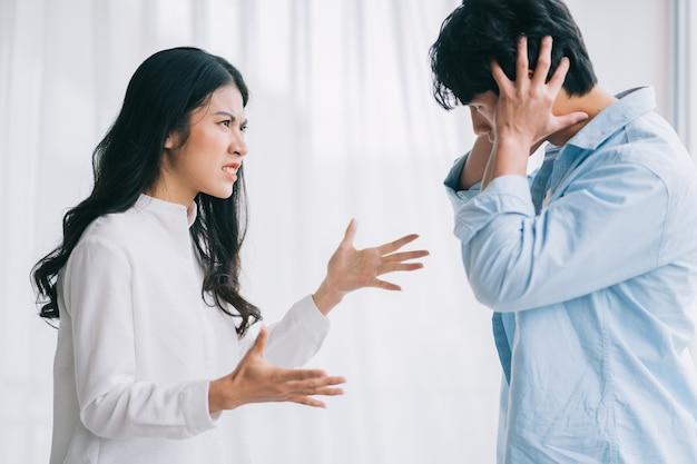 O casal asiático discutiu um com o outro, levando a uma separação