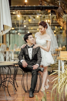 O casal asiático senta-se junto em um restaurante. categoria pessoas