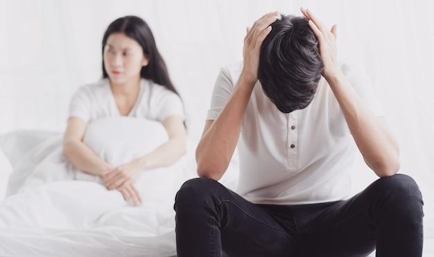 O casal brigou, o marido tapou os ouvidos não querendo ouvir