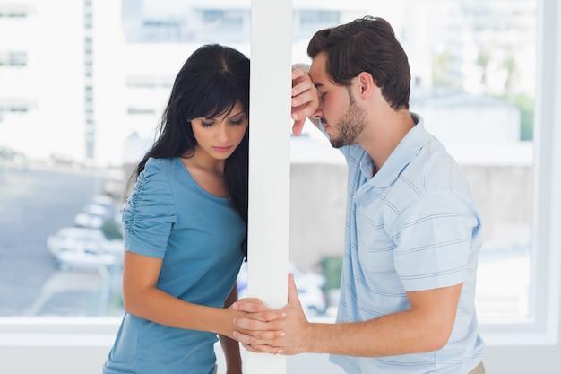 O casal dividido é separado por uma parede branca