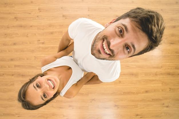 O casal positivo olha para a câmera. vista de cima