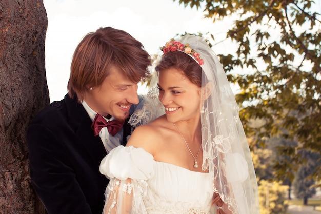O casal recém-casado sentado