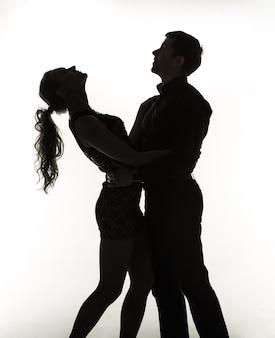 O casal romântico - silhuetas em fundo branco