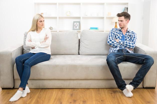 O casal triste senta no sofá