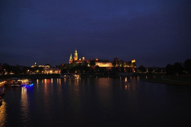 O castelo à noite na cidade de cracóvia na polônia