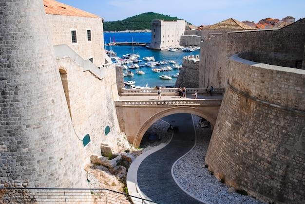 O castelo antigo na praia acena turistas com sua beleza.