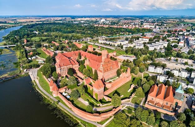 O castelo da ordem teutônica em malbork, na margem do rio nogat. na polônia