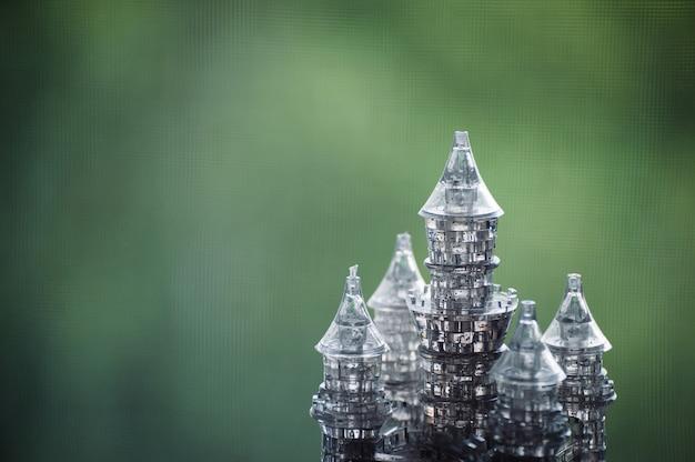 O castelo de cristal do brinquedo brilha no verde.