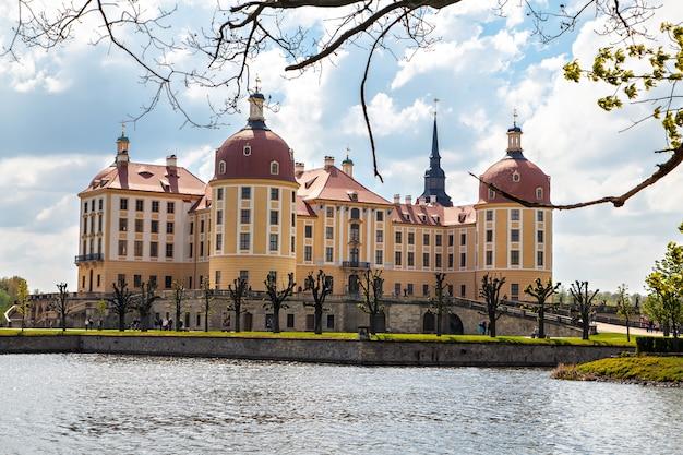 O castelo de moritzburg é um palácio barroco em moritzburg, no estado alemão da saxônia. panorama