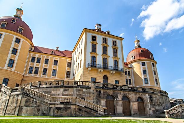 O castelo de moritzburg é um palácio barroco em moritzburg, no estado alemão da saxônia