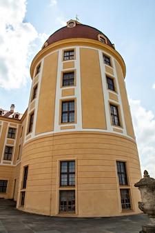 O castelo de moritzburg é um palácio barroco em moritzburg, um marco