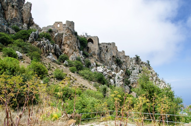 O castelo de saint hilarion fica na cordilheira de kyrenia, chipre