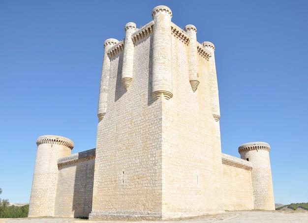 O castelo de torrelobaton é uma das fortalezas mais importantes e mais bem preservadas de valladolid, castela e leão, espanha