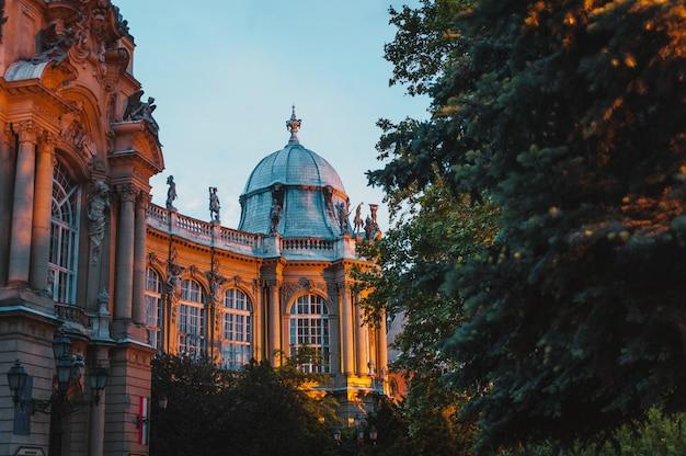 O castelo de vajdahunyad, principal parque da cidade de budapeste