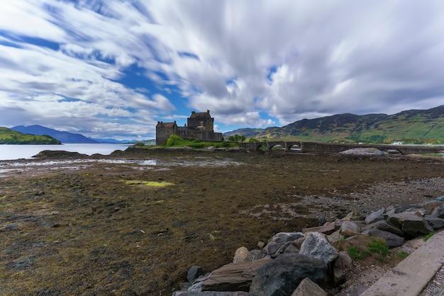 O castelo eilean donan é uma das atrações mais visitadas e importantes nas montanhas escocesas, na escócia