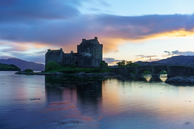 O castelo eilean donan é uma das atrações mais visitadas e importantes nas montanhas escocesas, no ponto onde três grandes lagos marinhos se encontram, kyle of lochalsh, escócia