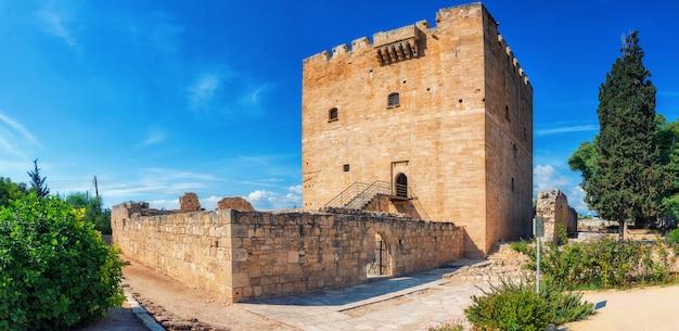 O castelo kolossi, forte estratégico importante do chipre medieval, bom exemplo da arquitetura militar, originalmente construído em 1210 pelos militares francos, reconstruído em 1454 pelos hospitalários.