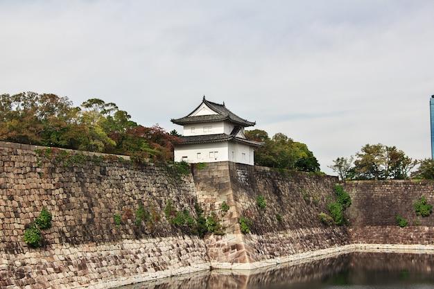 O castelo medieval no outono, osaka, japão