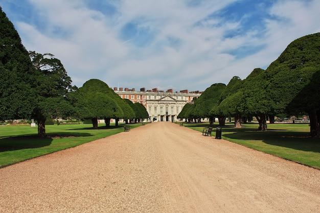 O castelo real de hampton court, inglaterra, reino unido