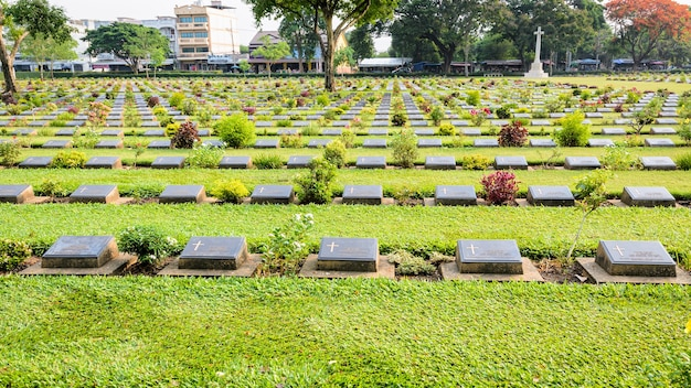 O cemitério de guerra de kanchanaburi (don rak) é um monumento histórico da segunda guerra mundial que morreu durante a construção da ferrovia da morte na província de kanchanaburi, tailândia, tela widescreen 16: 9