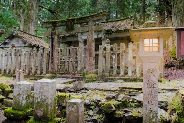 O cemitério templo okunoin, koyasan wakayama japão