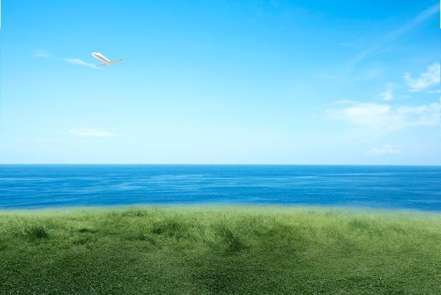 O cenário de grama verde na praia com fundo de paisagem