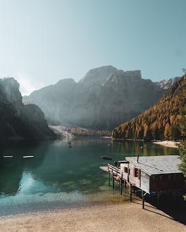 O cenário icônico do lago famoso di lago braies em tirol sul, itália.