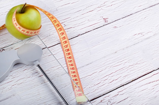 O centímetro fica perto de uma maçã verde