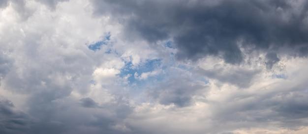O céu antes da tempestade. o céu tempestuoso está coberto de nuvens claras e escuras