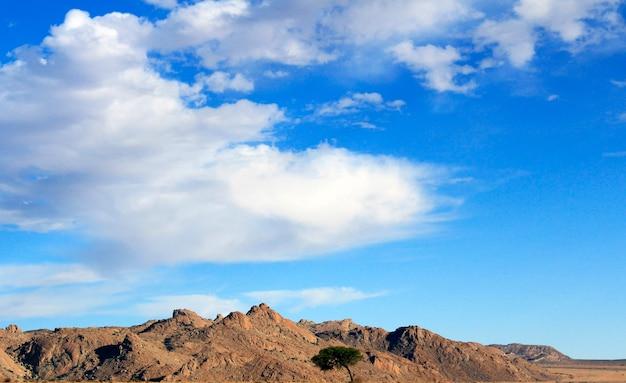 O céu azul brilhante acima das montanhas