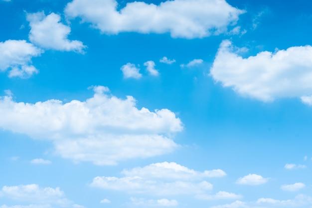 O céu azul com nuvens brancas em movimento.
