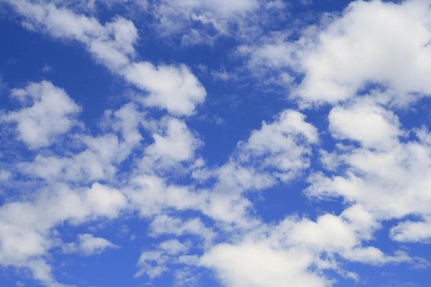 O céu azul com nuvens brancas