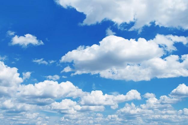 O céu azul e nuvens brancas