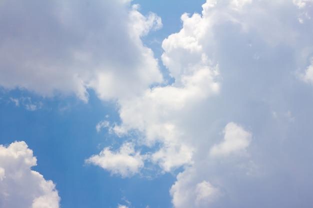 O céu azul tem nuvens brancas.