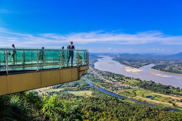 O céu bonito e skywalk tailandês da nuvem no distrito de sangkhom do rio de mekong, província de nong khai, tailândia