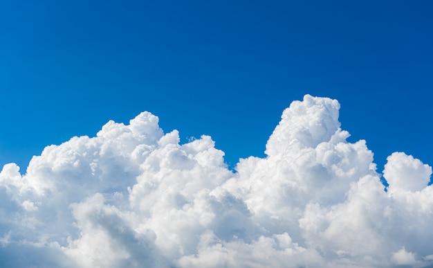 O céu bonito nubla-se o fundo da natureza.