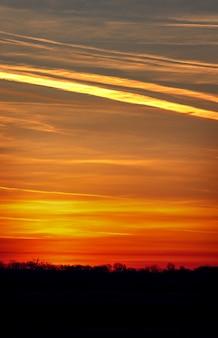 O céu com nuvens iluminou o sol da manhã