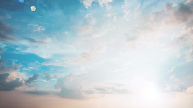 O céu com nuvens no pôr do sol, estilo vintage pastel