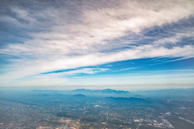 O céu e a área rural da zona intermediária na vista de terra da tailândia. representante do país da agricultura.
