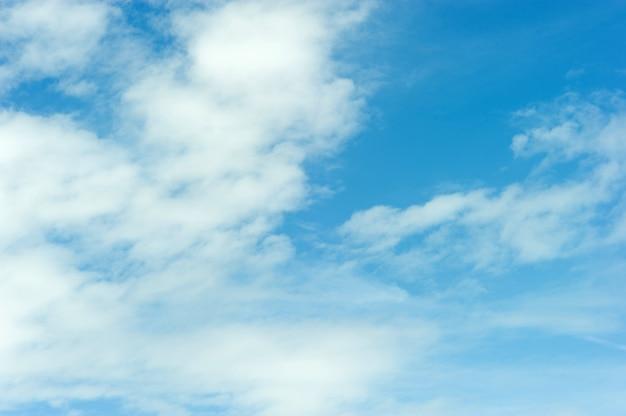 O céu e as nuvens azuis em um dia azul brilhante céu e as nuvens bonitas