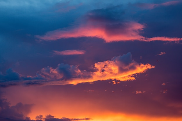 O céu e as nuvens bonitos cobrem o sol.