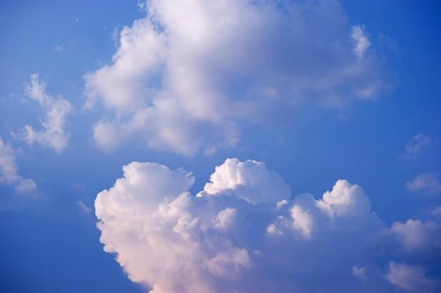 O céu e as nuvens brilhantes na manhã de todos os dias