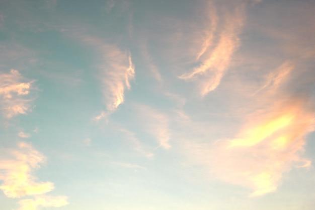 O céu e as nuvens são tão bonitos quanto as pinturas.
